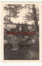 (F12539) Orig. Foto Hohenstein-Ernstthal, Frau m. Fuchs-Pelz an einem Teich 1941