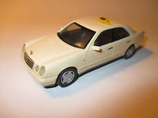 Mercedes W 210 E Klasse Class 220 CDi in creme Taxi (Germany), Herpa in 1:43!