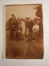 Schüler oder Studenten & Frauen mit Hut auf dem Tennisplatz - Tennis - Foto