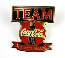 Coca cola Pin Pulsante Stemma Spilla USA Anni 1980 TEAM Excellence Bottiglia