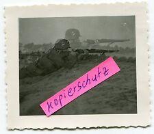Foto / Doppel-Belichtung : WH-Gewehr-Schütze mit Stahlhelm im 2.WK