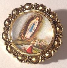 broche  ancienne couleur or métal léger motif religieux couleur made italie 265