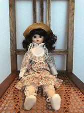 Vintage Muñeca De Porcelana, cabello oscuro, finamente pintadas