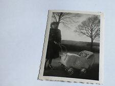 Foto AK 25K1226 Junge Dame schick mit Kind und Kinderwagen 1950 ca. 6x9cm