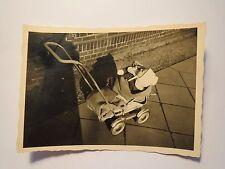 Kleines Kind - Baby in einem Kinderwagen auf dem Gehweg / Foto