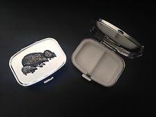 Familia Erizo A46 Estaño Inglés De Metal Rectangular de Viaje emblema en caja de la píldora