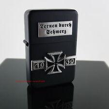 Sturmfeuerzeug LERNEN DURCH SCHMERZ 1939 m. Emblem Militaria Benzinfeuerzeug Neu