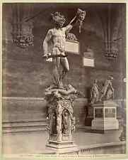 Italia, Firenze. Loggia dei Lanzi. Perseo che mostra la testa di Medusa; bronzo