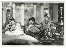 Photographie 3 jeune fille orientale sur un char de carnaval narguilé mauresque