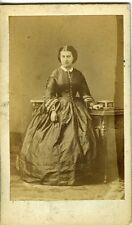 DISDERI femme prenant la pose devant un bureau CDV vintage albumen photo 1860