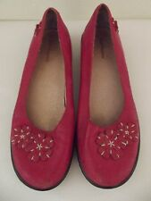 Hush Puppies sz 8M Womens Red Slip On Flats Flower Appliques.