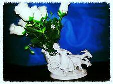 Portafiori raffigurante bambina su un carretto, in porcellana ruvida bianca