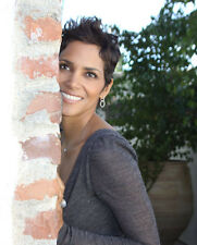 Halle Berry UNSIGNED photo - B67 - SEXY!!!!