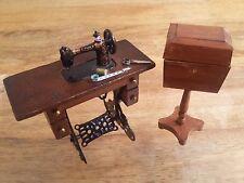 CASA delle bambole vintage per cucito/ricamo Scatola su piedistallo & TAVOLA macchina da cucire
