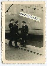 Foto : Deut. U-Boot U-393 Offiziere am Schiff Hamburg im 2.WK