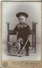 Kind in Uniform mit Spielzeug, Pferd, Holzpferd, Matrosenanzug, Foto aus Zwickau