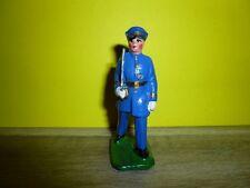 1 OFFICIER FRANCAIS DEFILANT EN KEPI EN TENUE BLEU EN PLOMB