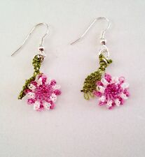 Ago fatto a mano pizzo uncinetto Dangle Earrings Vintage Fiori Rosa W Foglie Verdi