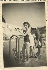 PHOTO ANCIENNE - VINTAGE SNAPSHOT - FEMME PIN UP MAILLOT DE BAIN PISCINE - BATH