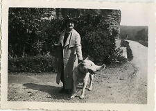 PHOTO ANCIENNE - VINTAGE SNAPSHOT - ANIMAL CHIEN FEMME MODE - DOG FASHION 1935