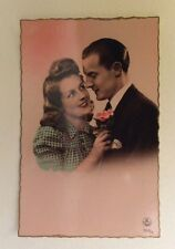 CPSM. Vers 1950. Couple Amoureux. Fond rose. Coiffures. Ginette.