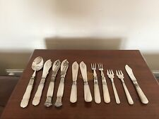 A GOOD SELECTION OF 11 MOTHER OF PEARL AND SILVER PLATED CUTLERY.