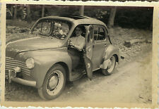 PHOTO ANCIENNE - VINTAGE SNAPSHOT - AUTOMOBILE VOITURE RENAULT 4 CV FEMME - CAR