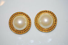 VINTAGE COUTURE 1980'S LARGE FAUX PEARL GOLD TONED METAL ETRUSCAN CLIP EARRINGS