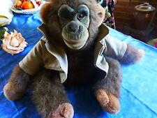 adorable peluche singe assis  ,bonobo et sa veste =yeux verre