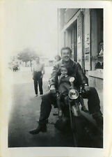 PHOTO ANCIENNE - VINTAGE SNAPSHOT - MOTO FILLE MOTOCYCLETTE DRÔLE - MOTORCYCLE