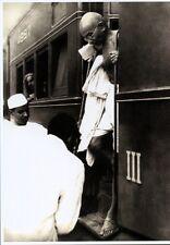 Ansichtskarte: Indien: Mahatma Gandhi steigt aus dem Zug, 1940-er Jahre, Reprint