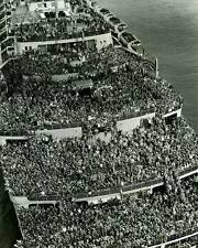 WWII B&W Photo Queen Mary Troopship 1945  WW2/ 7039