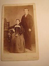Thun - Paar - sitzende Frau im Reifrock & stehender Mann im Anzug / CDV