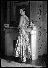 Jeune femme élégante robe debout cheminée - Ancien négatif photo an. 1930