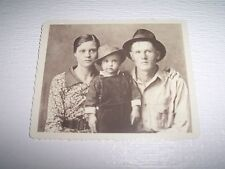 ELVIS PRESLEY NICE PHOTO OF ELVIS AND HIS PARENTS FROM 1937