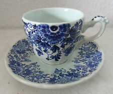 Très décorative tasse à café avec soucoupe Delfts Boch avec fleurs décor