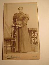 Wien - stehende Frau im Reifrock - Kulisse - Stuhl - Portrait / CDV