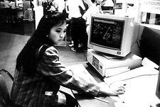 PHOTO JOLIE ASIATIQUE NICE ASIAN GIRL DEVANT ORDINATEUR COMPUTER