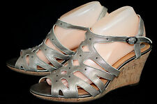 CLARKS Artisan 60694 Fiddle String Wo's 10M Pewter Leather Wedge Heel Sandal