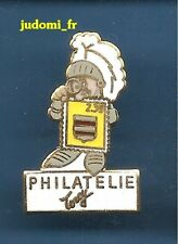 Pin's pin TORCY Seine et Marne philatelie Armure medievale (ref 011)