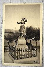 """CPA """" LES SAINTES MARIES DE LA MER - Statue de Mireille"""