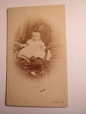 Wien - kleines Kind - Baby sitzt auf einem Stuhl - Kulisse / CDV