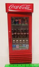 1:12 scala Coca Cola Cooler DOLLS HOUSE miniatura Accessorio coke (NUOVO)