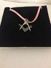 Colgante Peltre masónica R4 en un Collar De Cordón Rosa
