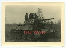 WWII ORIGINAL GERMAN WAR PHOTO SOVIET PANZER / TANK T34 USED BY GERMAN SOLDIERS