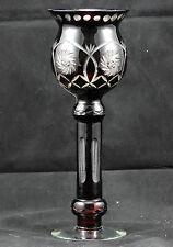 Vase forme flambeau en verre soufflé facetté et gravé
