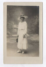 RPPC Postcard CARTE PHOTO Studio Femme Robe blanche Chapeau Bourse Vers 1920