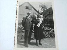 Foto AK 21K1023 Großeltern mit Enkel ca. 6x9cm