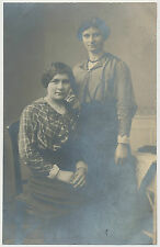 Foto - 2 Junge Frauen in schönen Kleidern  (T905)