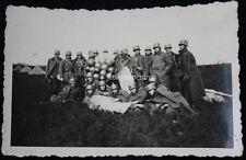 Original Foto Soldaten mit unbekannten Objekt / Ballons ?